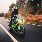 dirigindo motocicleta